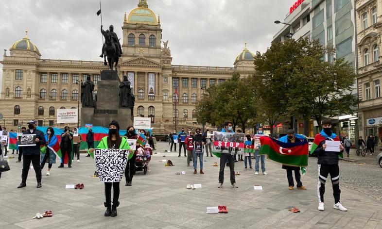 Çexiyadakı soydaşlarımız erməni vandalizminə etiraz ediblər - Foto