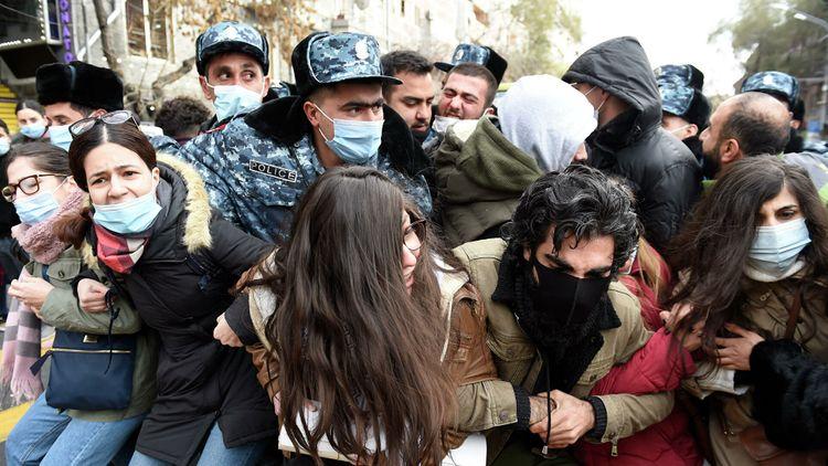 Ermənistanda etiraz aksiyaları davam edir, onlarla insan saxlanılıb