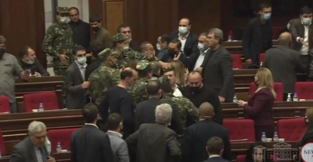 Ermənistan parlamentində dava düşüb - Video