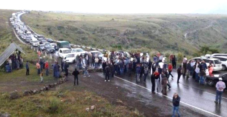 Etirazçılar İran-Ermənistan yolunu bağlayıblar