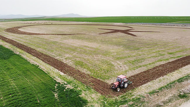 Tarlada traktorla Türk bayrağı çəkdi