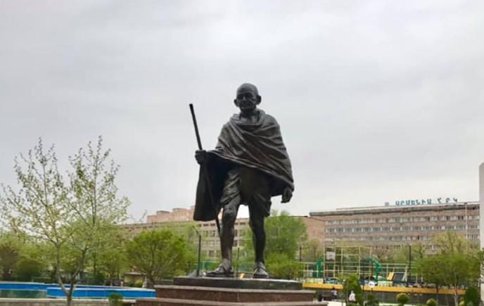 İrəvanda Atatürkə görə Qandinin heykəlini yandırıblar - Video