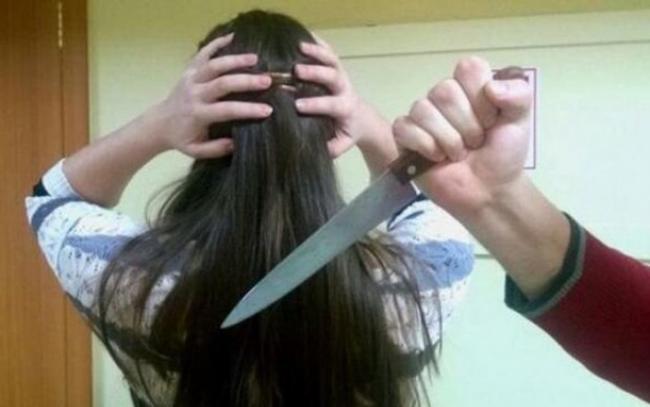 15 yaşlı qız atasını ürəyindən bıçaqladı