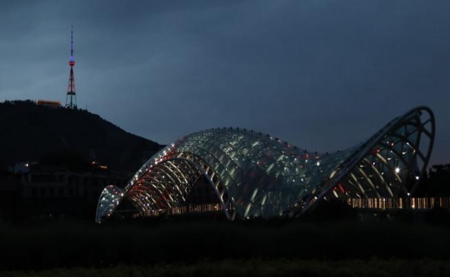 Tbilisidə televiziya qülləsi və Sakrebulo binası Azərbaycan bayrağının rəngləri ilə işıqlandırılıb - Foto