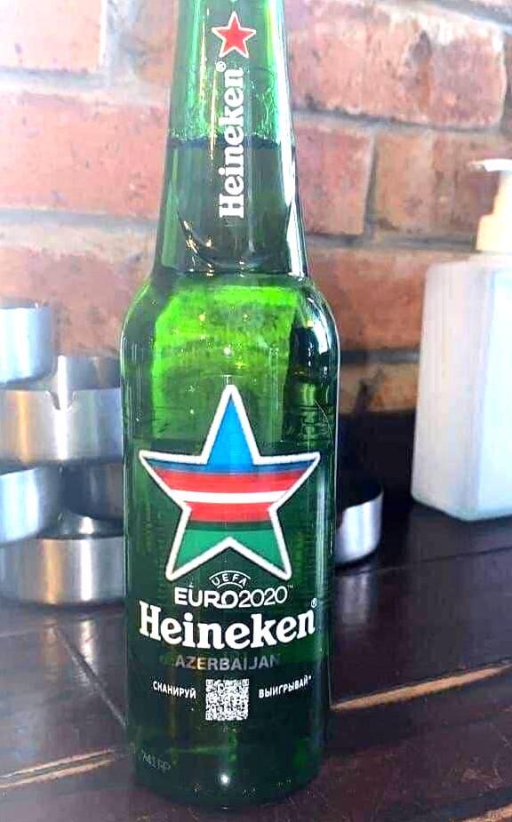 Üzərində Azərbaycan bayrağı olan Heineken pivəsi