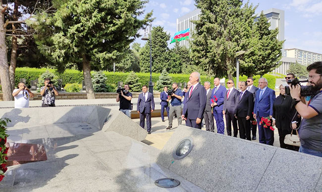 AKP nümayəndə heyəti Şəhidlər Xiyabanı, Fəxri Xiyaban və Türk şəhidliyini ziyarət edib