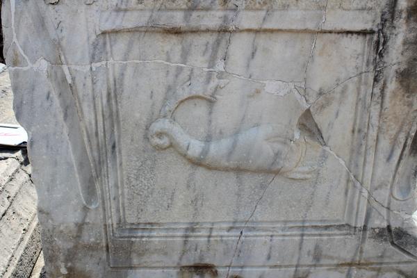 Perge şəhəri Aqorasında balıqçı