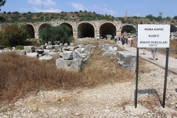 Perge şəhəri Roma qapısı şimal hissəsi