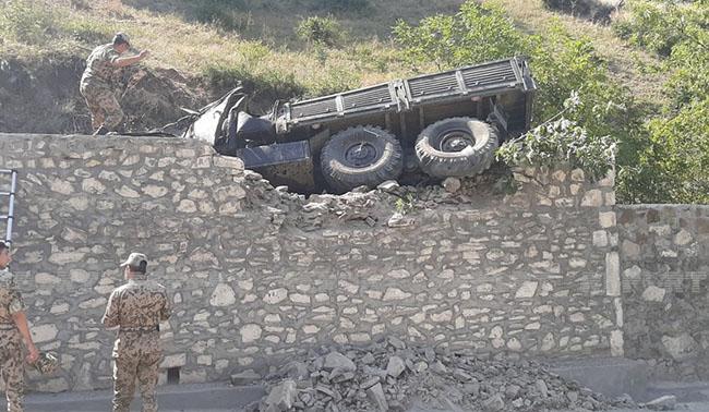 Qəza -hərbçiləri daşıyan yük avtomobili aşıb