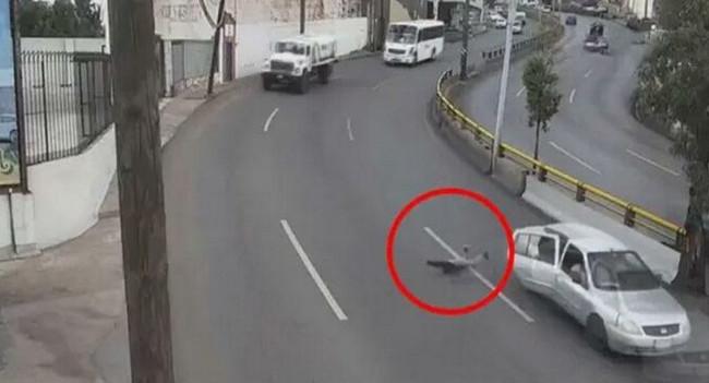 Uşaq hərəkətdə olan avtomobildən yerə yıxıldı - Video
