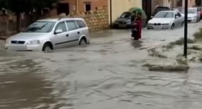Yağış yollarda hərəkəti iflic edib - Video
