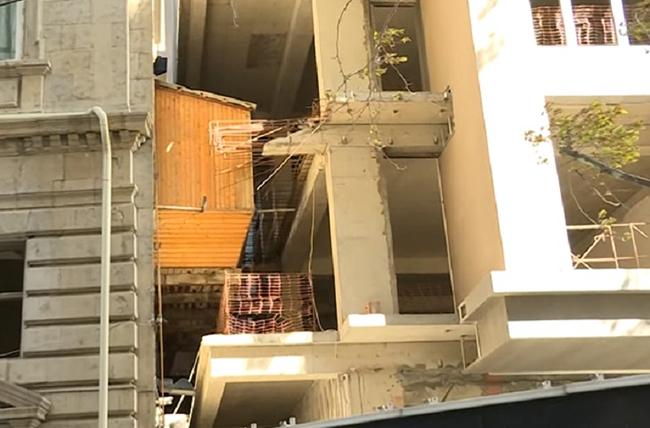 Binanın balkonu yeni tikilən digər binanın içərisində qalıb - Video