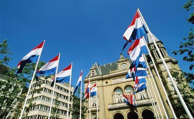 Niderlandda nazirlər eyni gündə istefa verib