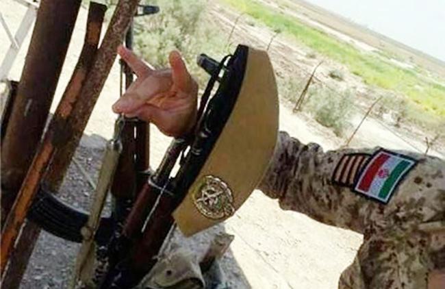 """İran ordusunun əsgərlərdən biri """"Bozqurd salamı"""" verib"""
